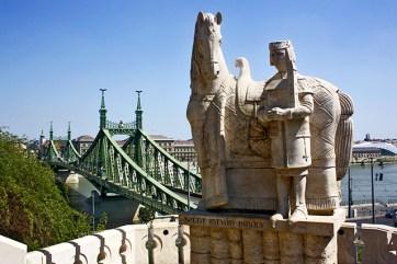 Escultura iglesia rupestre Gellért Puente Libertad Budapest