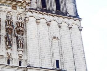 Detalle esculturas santos piedras ladrillo blanco catedral St. Maurice Angers Francia