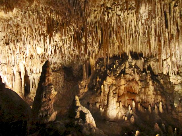 Interior cuevas El Drac estalagtitas estalagmitas lago Mallorca