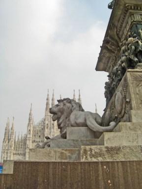 Escultura león piazza Duomo Milán