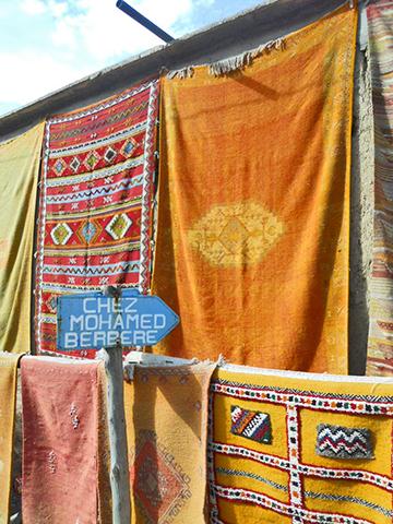 Puesto alfombras colores tienda bereber Valle Ourika