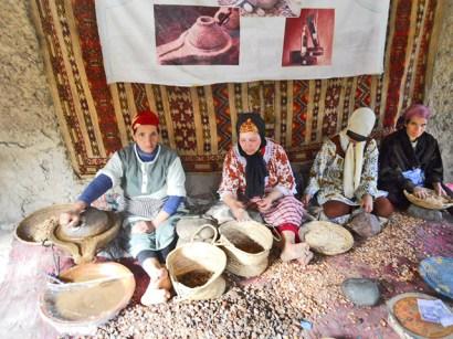 Mujeres bereberes fabricación manual aceite Argan Valle Ourika Marruecos