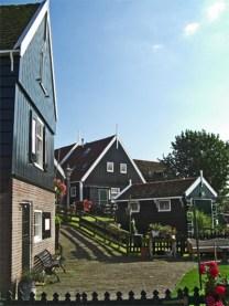 Panorámica calles solitarias casas madera verde Marken Holanda