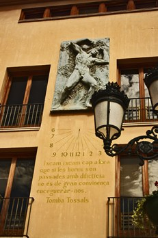 Reloj solar escultura frase célebre pared Plaza Mayor Castellón