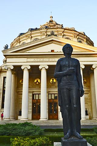 Estatua Mihai Enescu y fachada Ateneo Rumano Bucarest