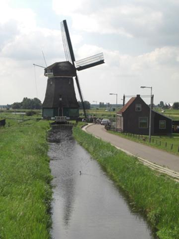 Molino típico río prados Volendam Holanda