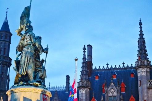 Monumento soldados bandera Plaza Mayor Brujas