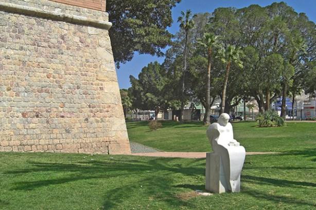 Muralla Carlos III escultura blanca Paseo de Alfonso XII Cartagena