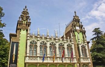 Museo de la Cuchilleria muy preparado en la plaza de la Catedral