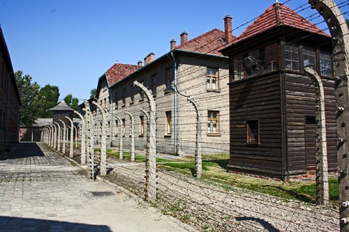 Vallas pasillos bloques torres electricidad Auschwitz Birkenau Polonia
