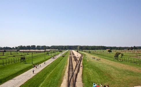 Vías tren campo concentración Auschwitz Birkenau Polonia