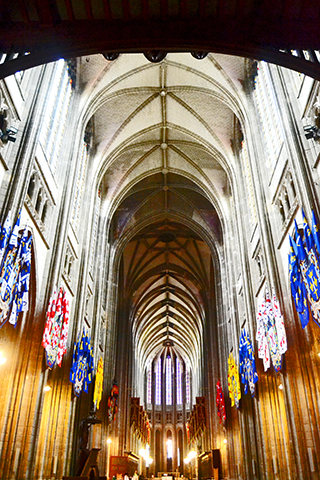 Interior estandartes vidrieras pilares Catedral Orleans Francia
