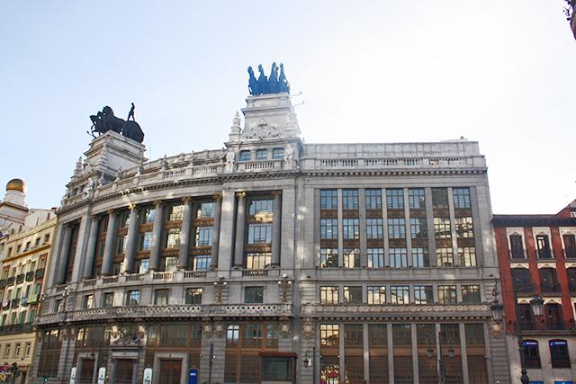 Edificio neoclásico BBVA esculturas cuadrigas calle Alcalá Madrid