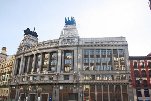 Neoclasico edificio BBVA y cuadrigas coronandolo en la calle Alcala
