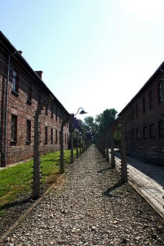 Corredor piedras vallas electricidad bloques Auschwitz Polonia