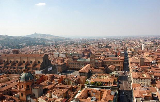 Panorámica Plaza Mayor tejados rojos Bolonia desde Dos Torres