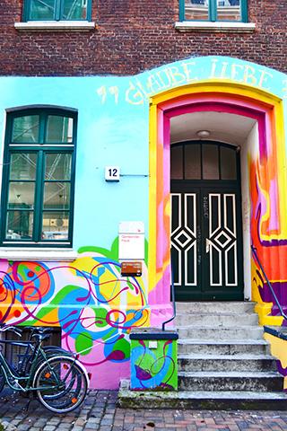Puerta mural grafiti bicicletas vivienda Hamburgo