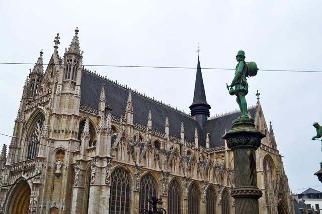 Estatua verde Iglesia gótica Notre-Dame-du-Sablon centro Bruselas