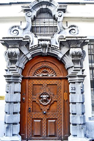Puerta Art Nouveau madera centro histórico Amberes