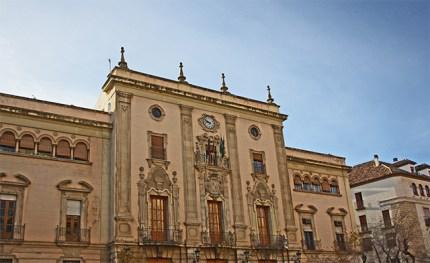 Palacio Episcopal de la capital del siglo XV situado en una esquina de la Plaza de Santa Maria