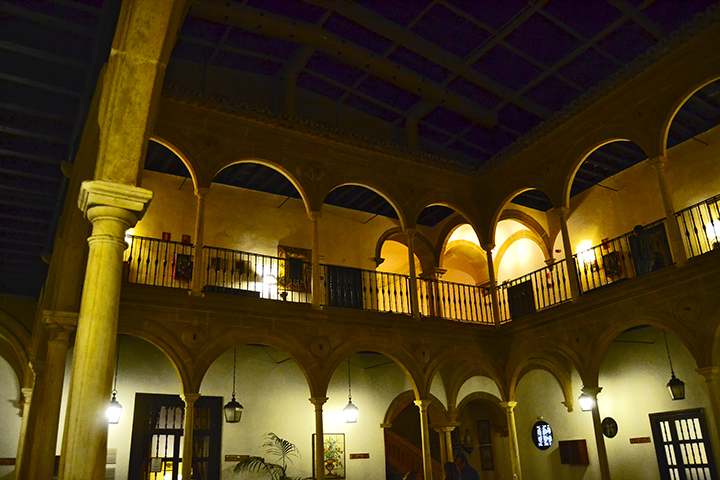 Claustro iluminado noche Palacio Dean Ortega Parador Turismo Úbeda Jaén