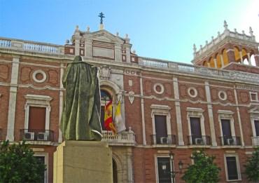 Palau i estatua a la Plasa de San Esteban en el cor de El Carme