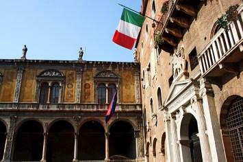 Bandera Italia Palazzi degli Scaligeri centro histórico Verona