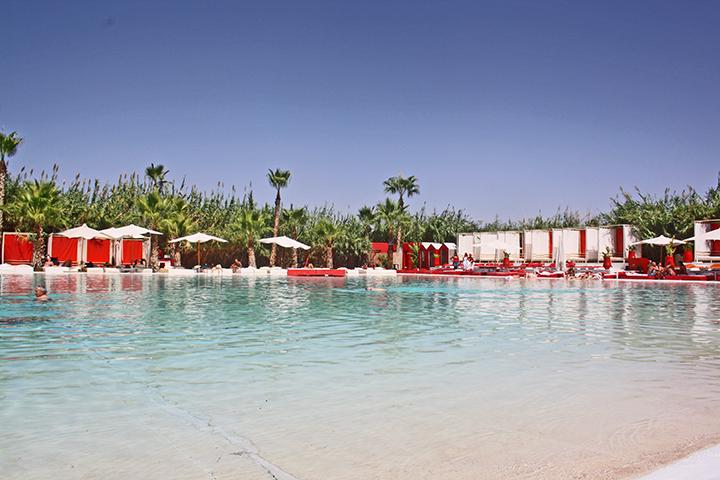 Piscina sombrillas resort lujo Plage Rouge Marrakech