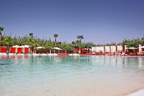 Piscina sombrillas resort lujo Plage Rouge Marrakech