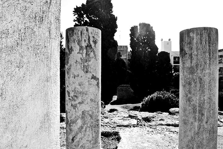 Peristilo Foro local centro Tarragona blanco y negro