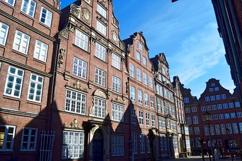 Reflejo sombra fachadas edilicios clásicos centro histórico Hamburgo