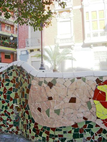 Azulejos banco modernista Antoni Gaudí Plaza Doctor Balmis Alicante