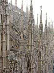 Agujas pináculos tejado Duomo Milán