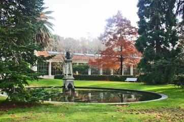 Fuente central césped busto Real Jardín Botánico Madrid