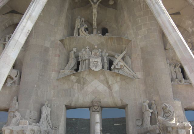 Frontón trasero esculturas religión Basílica Sagrada Familia Barcelona