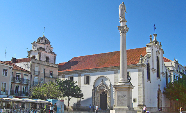 Plaza mayor y columna estatua e iglesia Setúbal