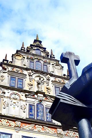 Cruz metal escultura fachada edificio barroco Altstadt Bremen Alemania
