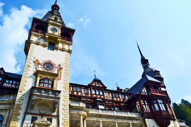 Fachada torre reloj Castillo Peles Sinaia Rumanía