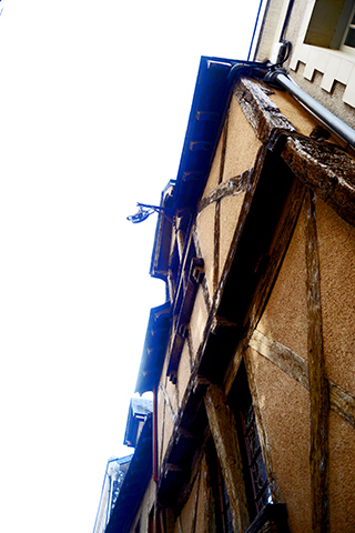 Picado fachada madera vivienda tradicional centro histórico Angers Francia