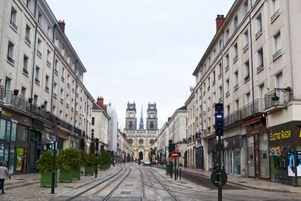 Calle Juana de Arco vías tranvía Orléans Francia