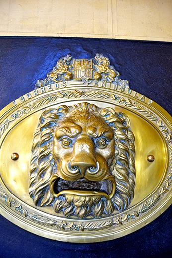 Detalle boca león dorado buzón correo postal oficina centro Valladolid