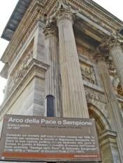 Letrero contrapicado Arco della Pace Parque Sempione Milán