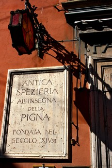 Retablo medieval piedra Antica Spezieria fachada Bolonia