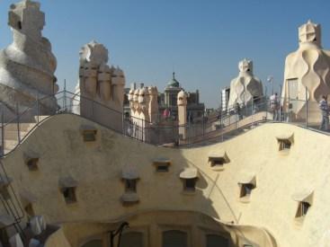 Coronas campanas torres espirales modernismo tejado La Pedrera Gaudí Barcelona
