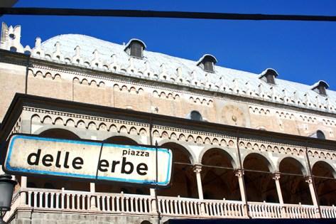Cartel edificio Piazza delle erbe Padua Italia
