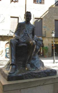 Estatua San Josep Oriol a la seva plaça a Barcelona
