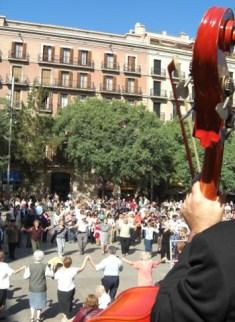 Baile sardana violonchelo Plaza Catedral Barcelona