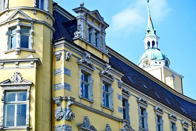 Detalle decoración ventanas relieves figuras rostros fachada amarilla Palacio Oldenburg Alemania