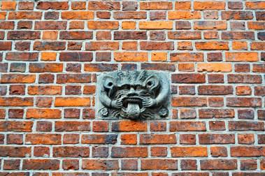 Relieve gárgola lengua fuera pared ladrillo centro Hannover