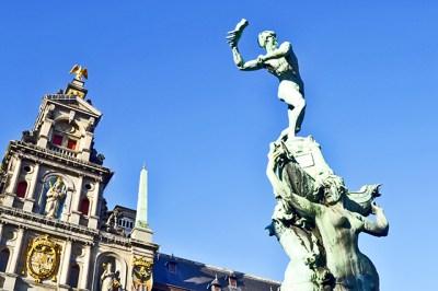 Escultura mano Silvius Brabo Plaza Mayor Amberes